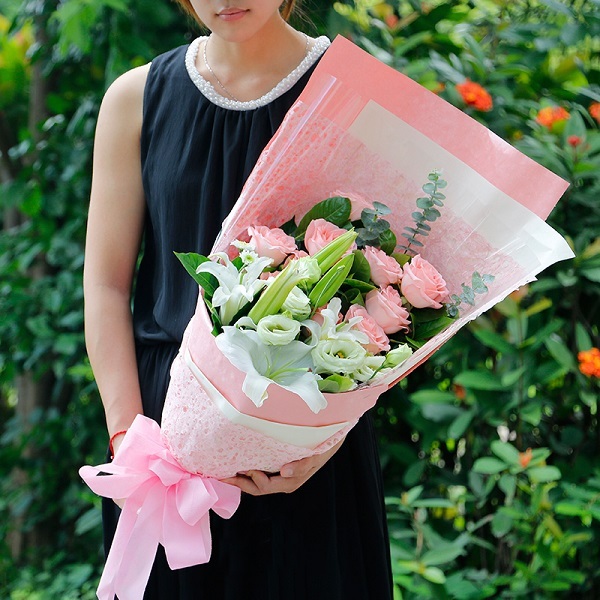 Send Valentine's day flower arrangement from Saigon Flowers Gifts